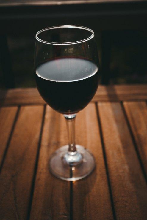 red wine kyle-loftus-594511-unsplash