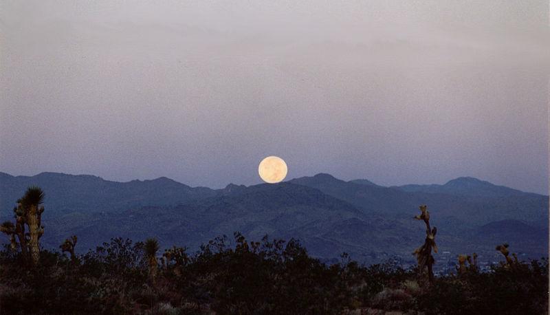800px-Mountain_Moonset